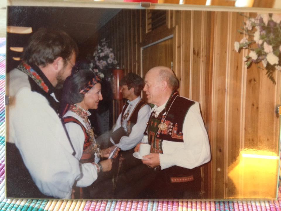 Kjetil Rike helsar på dronning Sonja under besøket i Setesdal i 1993. Varaordførar Bjørgulv T. Berg fylgjer med. Ingebjørg Aamlid i bakgrunnen. Foto: Åse Rike