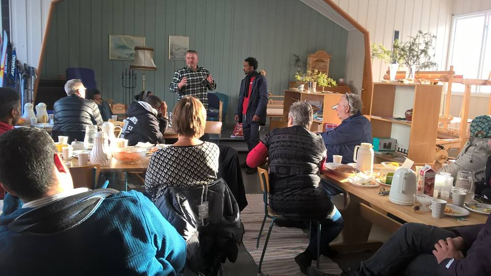 Ragnar Aspholm forteller om klær på språkkaféen og får hjelp av Merawi. Foto: Marja Leena Steinbru