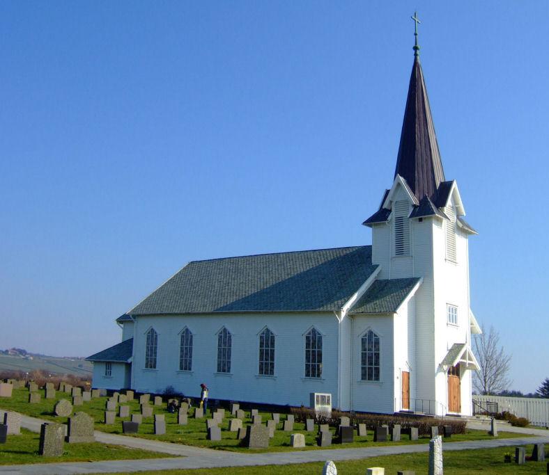 Høg himmel over Varhaug kyrkje. Foto: Jarle Vines, Wikipedia