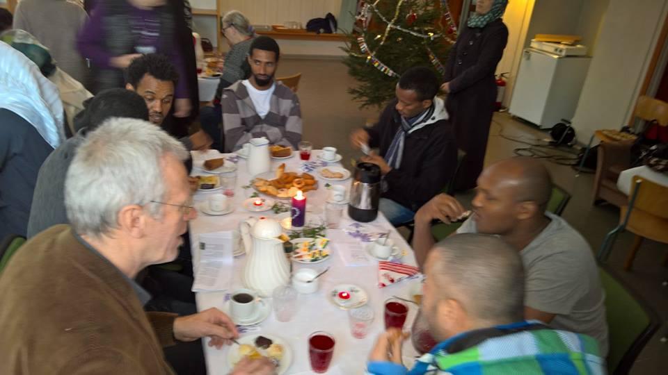 Fra juleavslutninga 2015 der elever på Valle Vaksenopplæring og folk fra Valle snakket sammen ved bordene. Foto: Marja Leena Steinbru