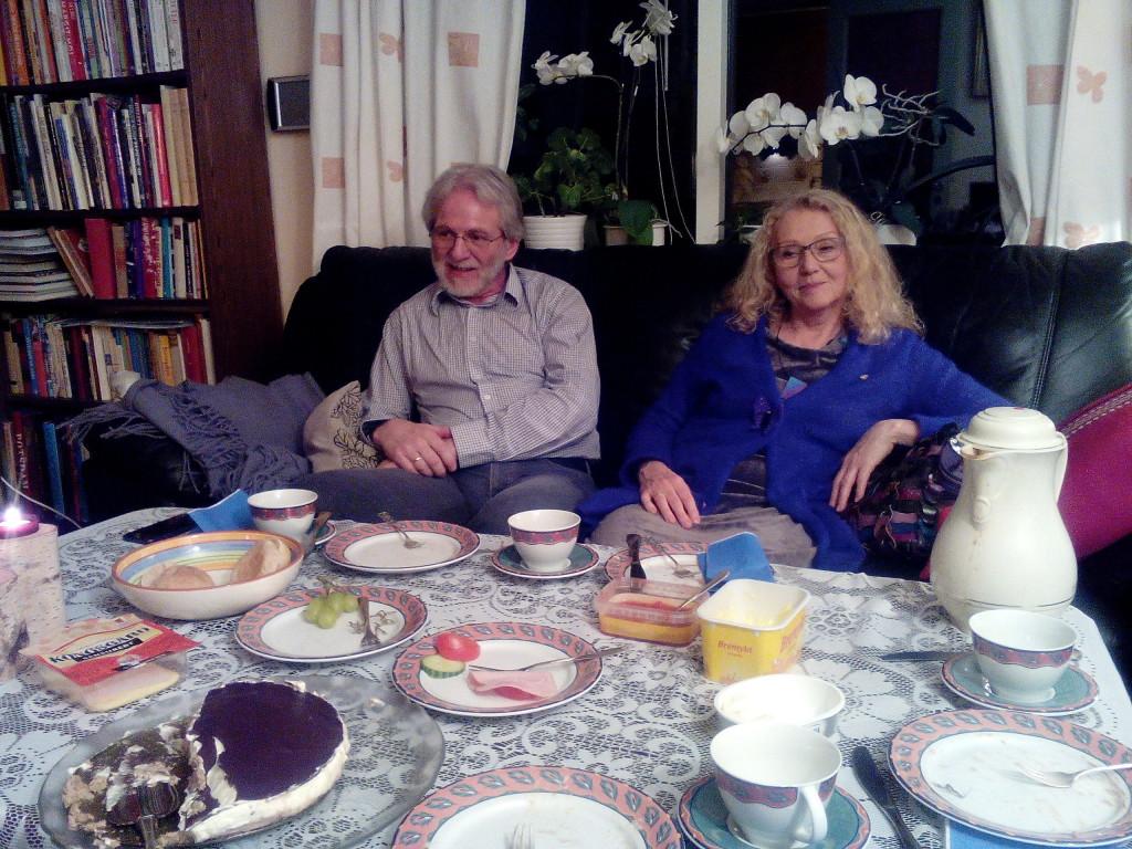 Koseleg kveld med besøk av Hermund og Kari som får smake Reiduns rundstykke og kremkake på toppen