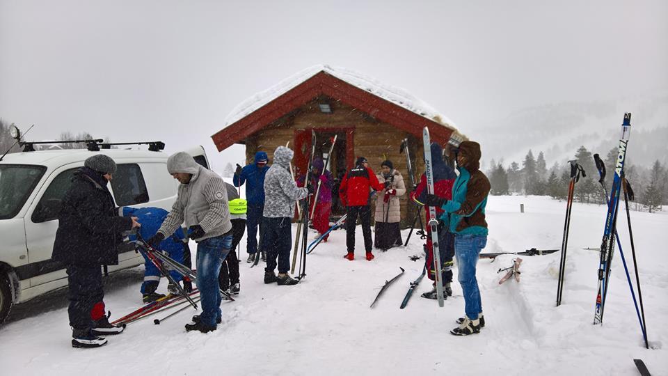 Klargjering før skitur. Foto: Marja-Leena Steinbru