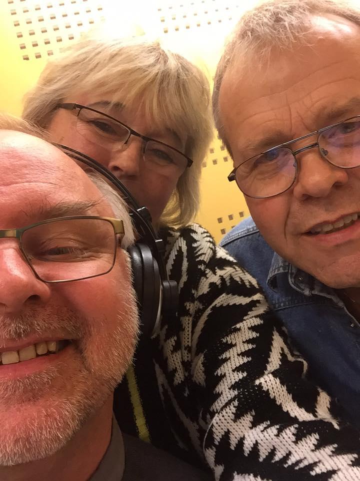 Ørnulf, Britta Lise og Rolf Erik står på for påskebasaren i Valle Radio.