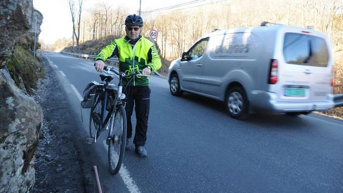 Rune Kristiansen på sykkel i Eskelandskleiva på Tregdeveien. Foto: Signe Marie Rølland i Lindesnes Avis