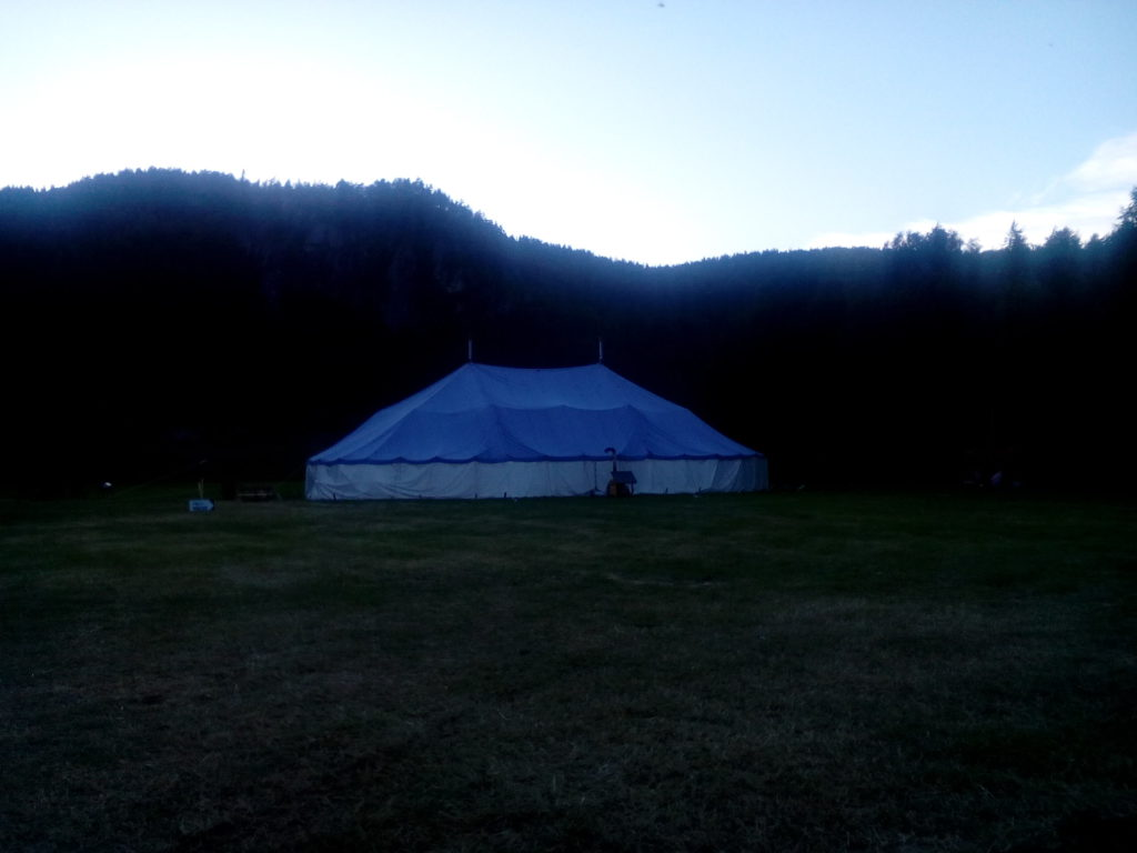 Her er teltet der teltmøta på jordet i Krossen vert arrangerte. Foto: Harald Haugland