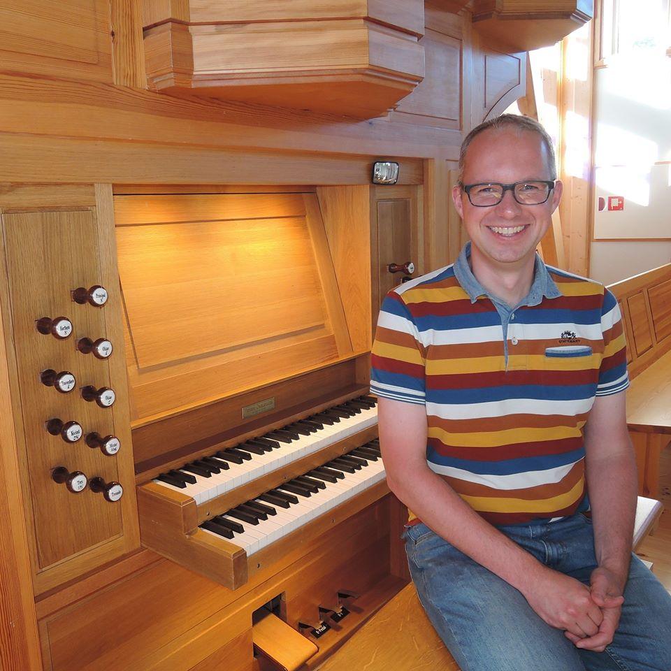 Henrik West ved orgelet i Bykle kyrkje. I morgon spelar han i Hylestad kyrkje klokka 11 og Bykle gamle kyrkje klokka 14