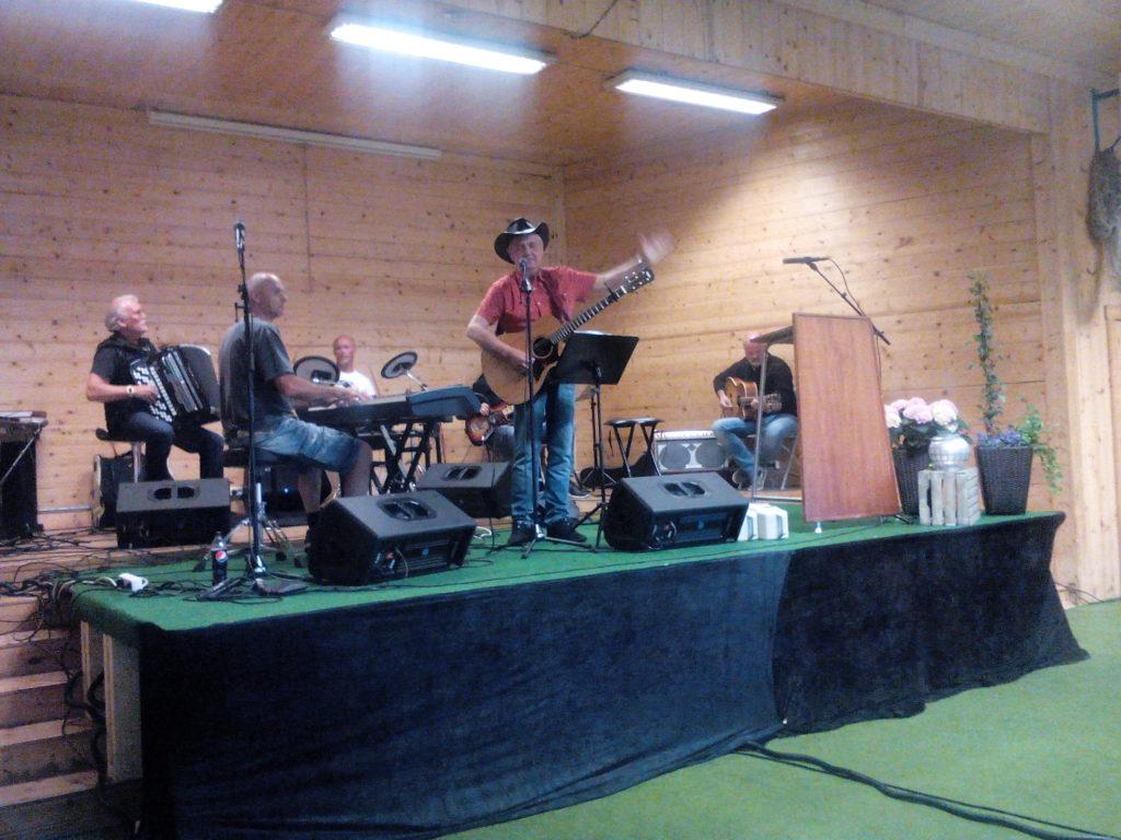 Oddvar Høgevolls country gospel band i hallen på Evjetun 2016. Foto: Harald Haugland
