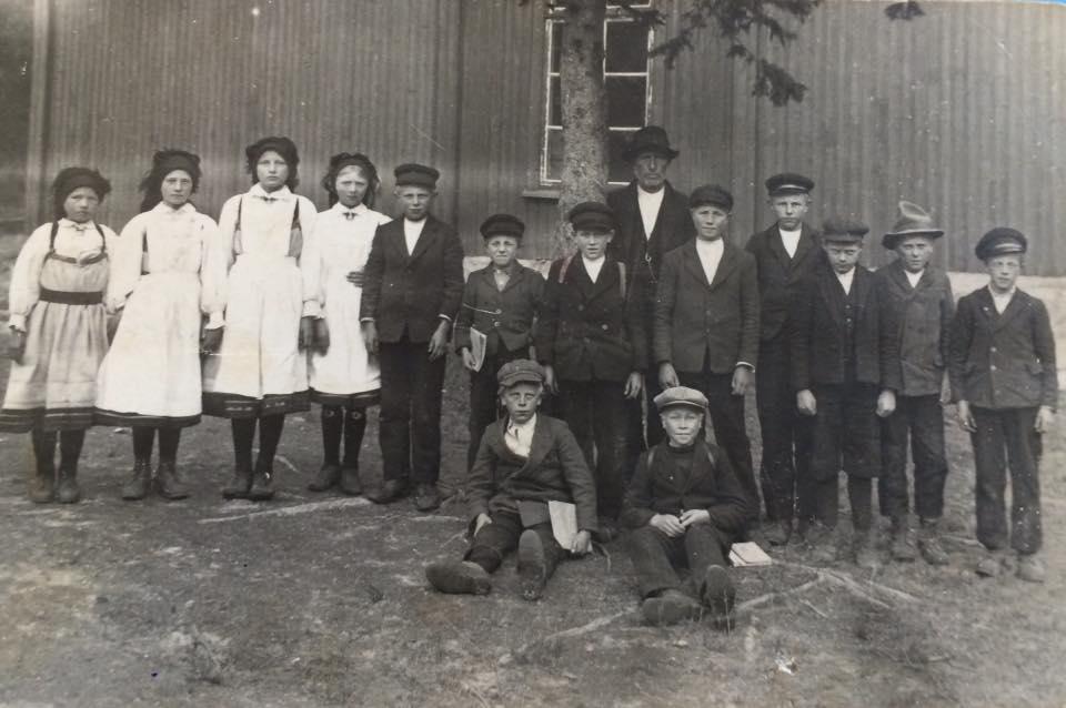 Tveit skule 1924 er eit bilete på Setesdalswiki. Her er også namn på alle elevane, men bare læraren har fått artikkel til no.