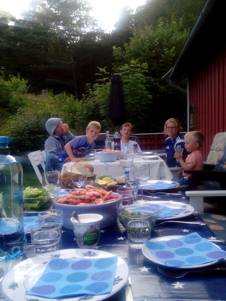 Også de unge koste seg med reker. Foto: Harald Haugland