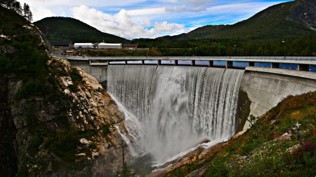 Laurdag 27. august 2016 rann vatnet over Dam Sarvsfoss og skapte eit lokalt Niagarafall i Bykle. Foto: Geir Daasvatn