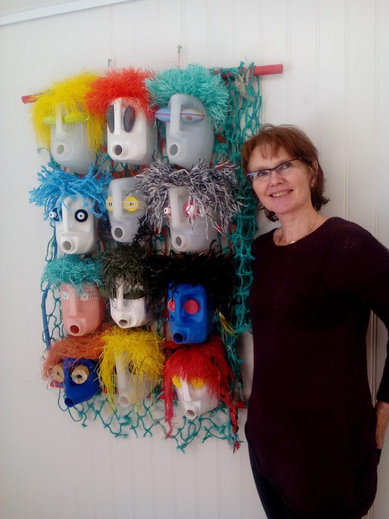 Lisbeth Skranes med kunstverket Festen er over