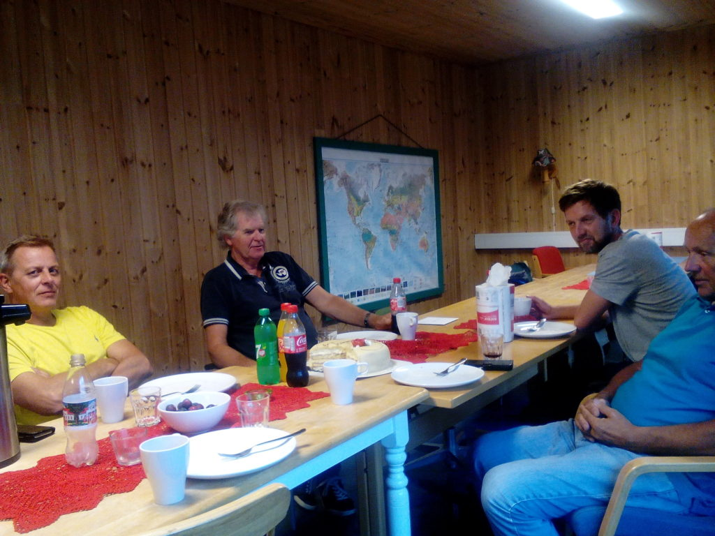 Rektor Henri Tore Viki, rådmann Eivind Berg, lærar Andreas Veiersted og lærar Øystein Berg ved avslutninga. Foto: Harald Haugland