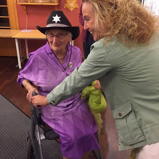 Ein sprek 90-åring prøver ny stol. Foto: Anne Gro Ek