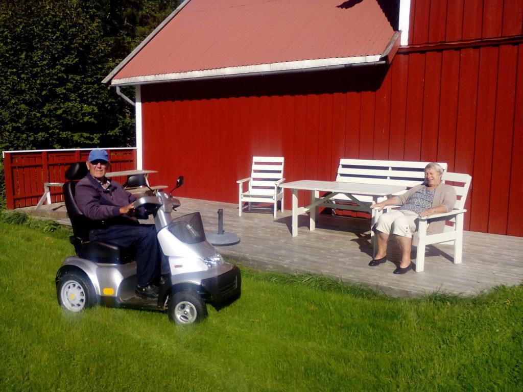 Tore Eskeland og Reidun Haugland i sommerlig septemberprat. Foto: Harald Haugland