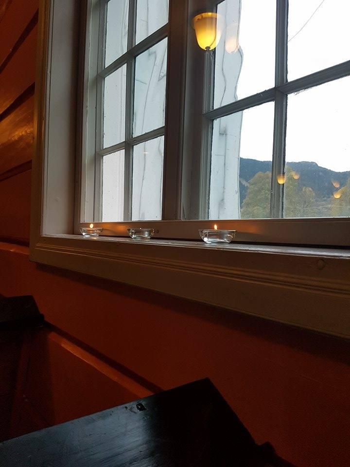 Stearinlys i vindauga skapte stemning på konserten i dag