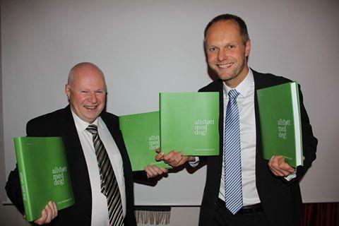 Leonhard Jansen og Vidar H. Homme med jubileumsboka til Valle Sparebank.